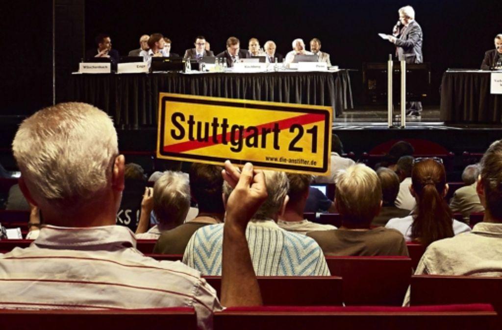 Das selbe Thema  an  einem anderen Ort: Statt im Apollo-Theater wird  die erhöhte Grundwasserentnahme bei S 21 nun im Messekongresszentrum erörtert. Die Historie des umstrittenen Bahnprojekts Stuttgart 21 zeigen wir in der Bilderstrecke. Foto: Heinz Heiss
