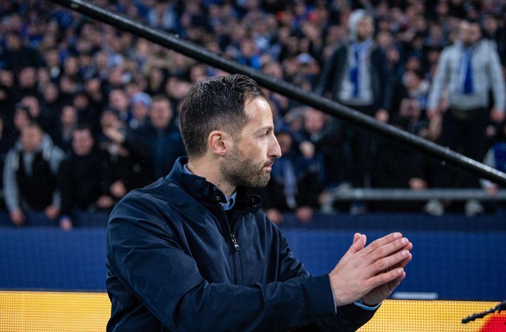 Trainer Domenico Tedesco stellt sich nach dem Spiel den wütenden Fans. Foto: dpa