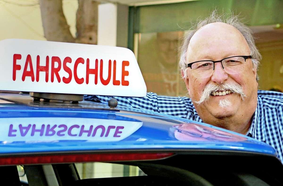 Fahrer Raimund Hägele hat gut lachen: Endlich darf er wieder praktischen Fahrunterricht geben. Foto: /Brigitte Hess