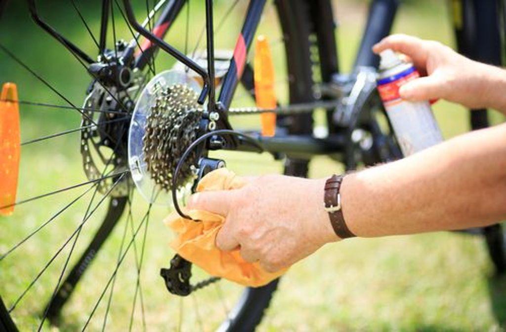 Wer sein Fahrrad schmutzig ins Winterquartier gestellt und gehofft hat, die Heinzelmännchen werden das schon richten, wird nun feststellen, dass er doch selbst ran muss.  Foto: Shutterstock/Simon Kadula