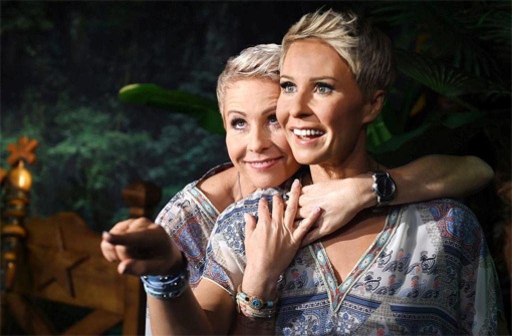 Eng umschlungen mit der Doppelgängerin: RTL-Moderatorin Sonja Zietlow mit ihrer Wachsfigur. Foto: dpa