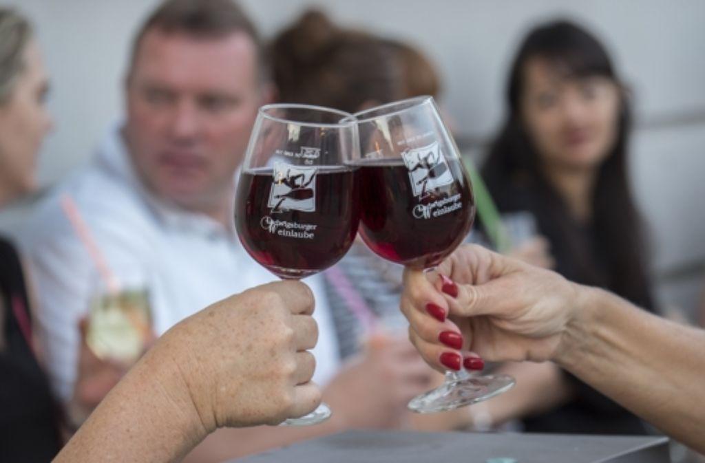 Die Weinrunde testet einen Tropfen für die beginnende Festlessaison. Foto: FACTUM-WEISE