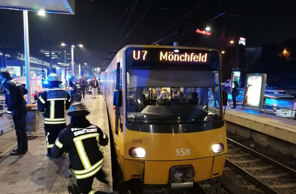 """Die Stadtbahn der Linie U7 steht an der Haltestelle """"Friedrichswahl"""". Feuerwehr, Polizei und Rettungsdienst sind vor Ort. Foto: Andreas Rosar Fotoagentur Stuttgart"""