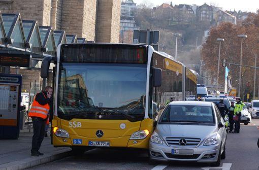 72-Jährige fährt auf Bus der Linie 42  – drei Verletzte