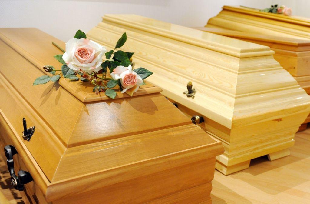 Vor der Bestattung müssen sich Angehörige um vieles kümmern, darunter auch die Sargwahl. Foto: dpa