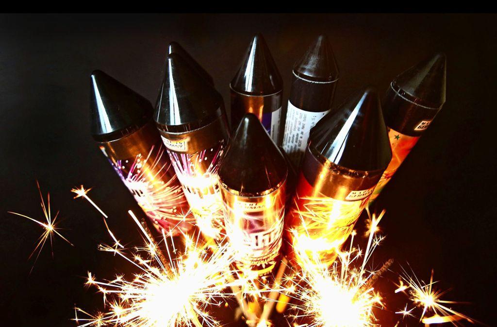 Trotz der Debatten über Feinstaub – Raketen gehören für die meisten Bürger an Silvester einfach dazu. Foto: dpa/Roland Weihrauch