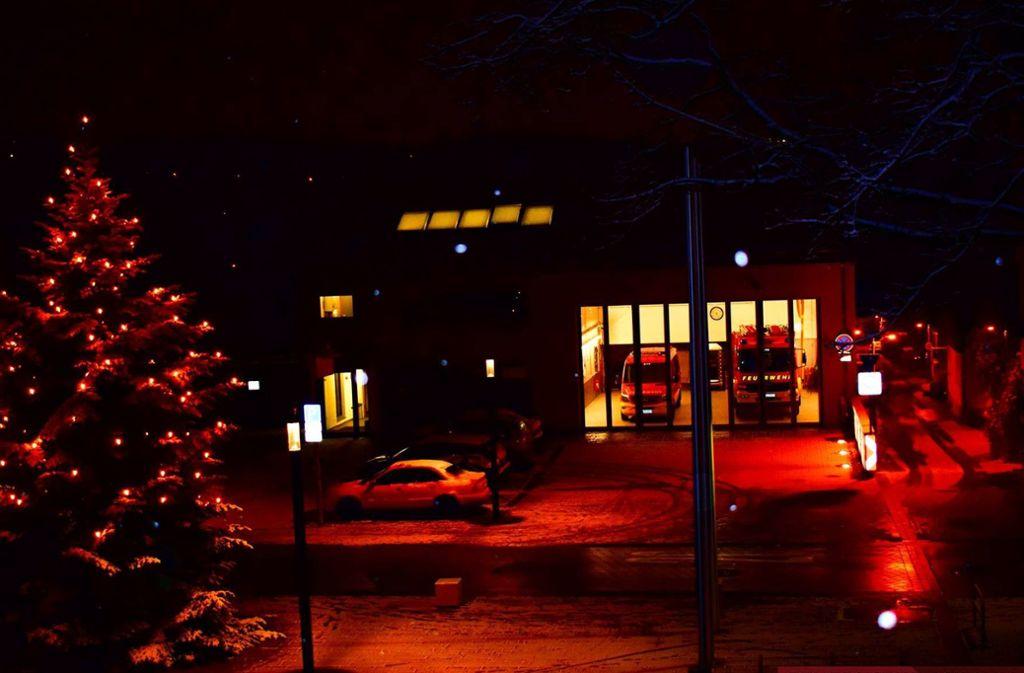 Vor dem Feuerwehrgerätehaus in Neckarweihingen ist die Party eskaliert. Foto: Feuerwehr/Facebook