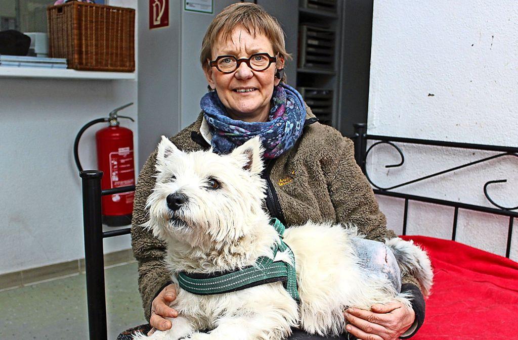 Antje Päglow mit Bello, der sich gerade von seiner Operation erholt. Foto: Caroline Holowiecki