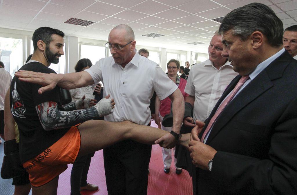 Das ist fast vier Jahre her: Uwe Hück (Mitte) zeigt dem damaligen SPD-Chef Sigmar Gabriel, wie man ein guter Thaiboxer wird anlässlich der Einweihung des Bildungs- und Sportzentrums der Lernstiftung Hück in Pforzheim. Foto: factum/Granville