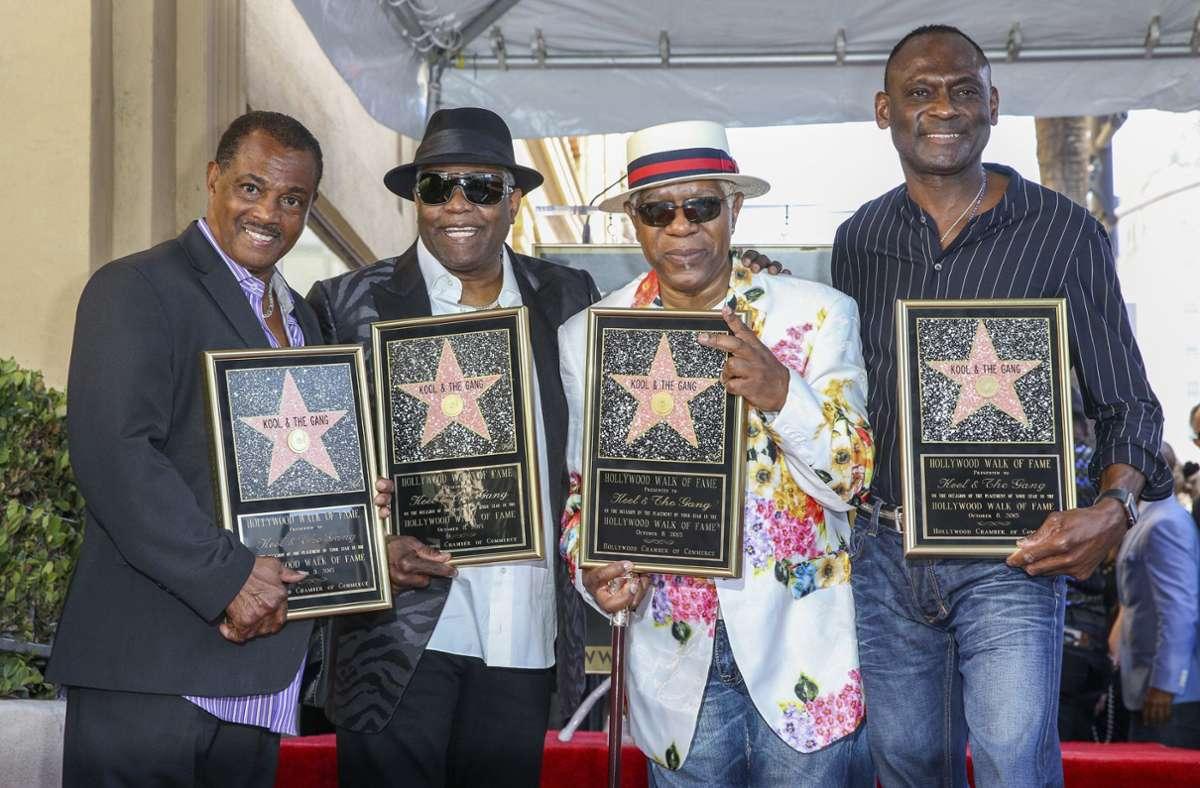 Ronald Bell (zweiter von links) mit dem Rest von Kool and the Gang.  Unser Foto zeigt die Band  im Oktober 2015 mit Sternen für den Hollywood Walk of Fame. Foto: AP/Rich Fury