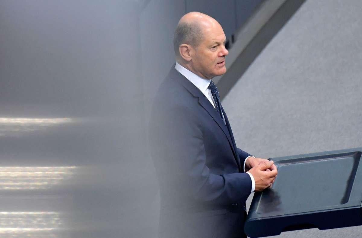 Olaf Scholz (SPD), Bundesminister der Finanzen, spricht zu den Abgeordneten. Auf der Tagesordnung stand  die Verabschiedung eines zweiten Nachtragshaushalts. Foto: AFP/TOBIAS SCHWARZ