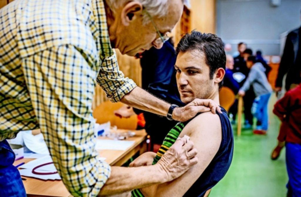 Sheik Ahmad Mahmoud aus Syrien hat sich als erster  impfen lassen. Foto: Lg/T. Niedermueller