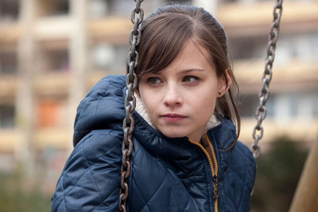 Sascha (Jasna Fritzi Bauer) lebt in einer Hochhaussiedlung, wehrt sich aber gegen die Prekariats-Tristesse Foto: Neue Visionen