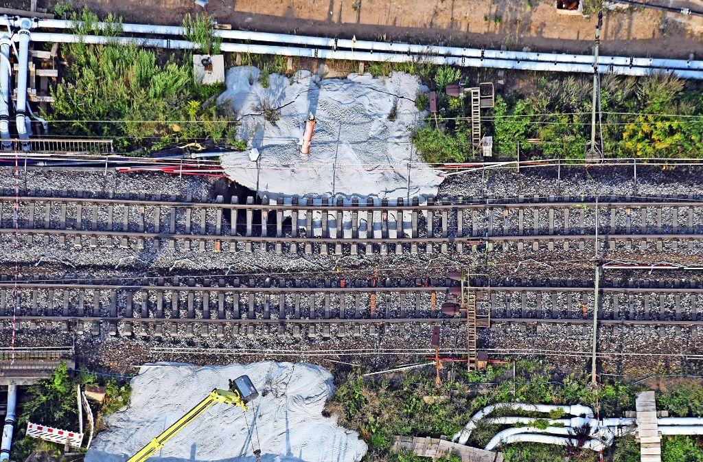 Mit Beton werden die abgesenkten Bahngleise an der Baustelle des Rastatter Tunnels stabilisiert Foto: dpa