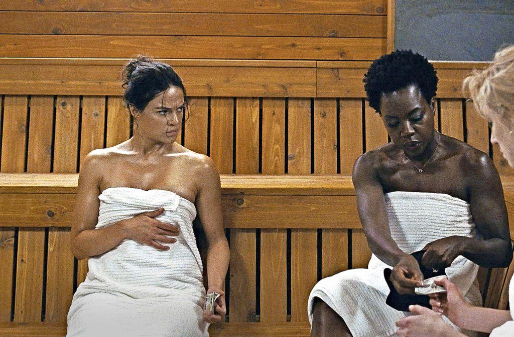 """In der Sauna reden die Frauen über ihren Selbsthilfe-Plan: Linda (Michelle Rodriguez), Veronica (Viola Davis) und  Alice (Elizabeth Debicki) in """"Tödliche Witwen"""" Foto: Verleih"""