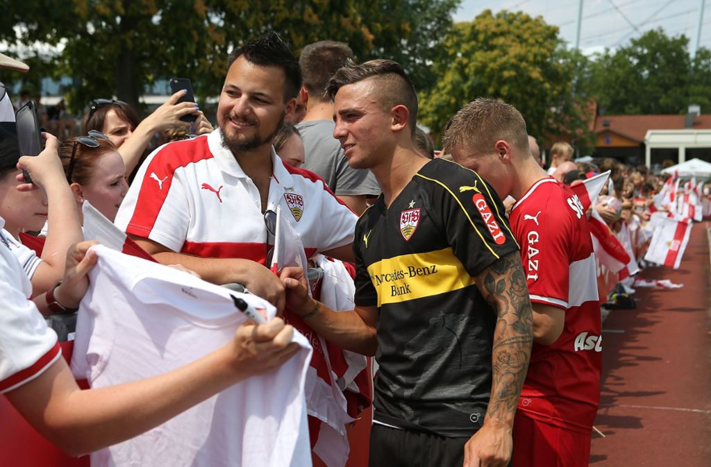 Neuzugang Pablo Maffeo mit den Fans des VfB Stuttgart Foto: Pressefoto Baumann