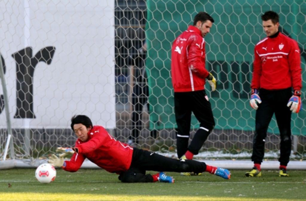 Die VfB-Spieler Shuichi Gonda, Marc Ziegler und Sven Ulreich beim Torwart-Training: Klicken Sie sich durch die Trainingsbilder. Foto: Pressefoto Baumann