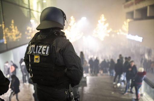 Polizisten mit Feuerwerkskörpern beschossen und angegriffen