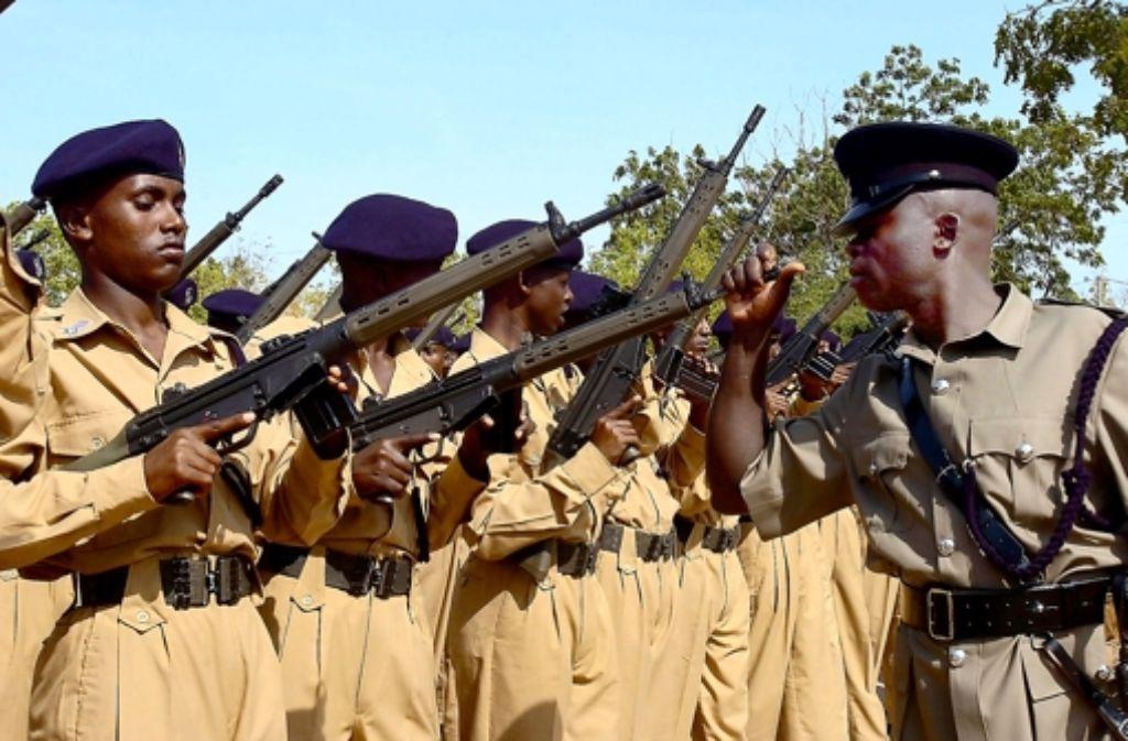 Somalische Polizisten mit Gewehren von Heckler & Koch – doch nicht überall sollen die Gewehre aus Oberndorf legal hingelangt sein. Deshalb wird derzeit ermittelt Foto: dpa