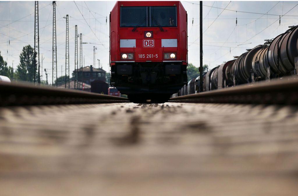 Durch neue Vorgaben werden nun sehr viel mehr Häuser entlang von Bahnstrecken berücksichtigt. Foto: dpa/Oliver Berg