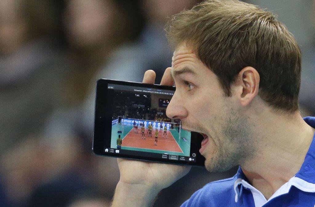 Alles im Blick: Volleyball-Trainer Felix Koslowski. Foto: Baumann