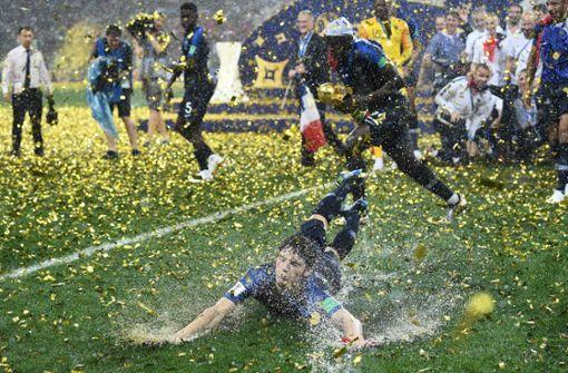 VfB-Kollegen gratulieren Benjamin Pavard