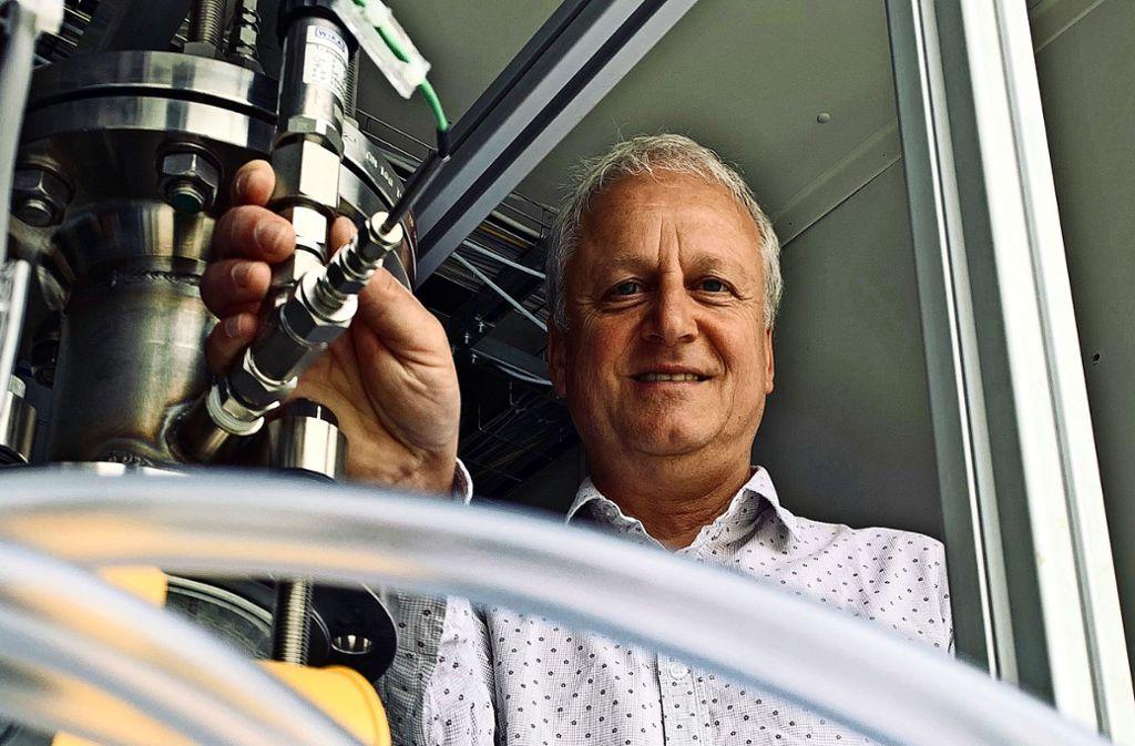 Ulrich Zuberbühler am Desorber seiner CO2-Anlage. Dort wird das in einer Amin-Lösung gebundene CO2 der Luft erhitzt und konzentriert freigesetzt. Foto: Götz Schultheiss