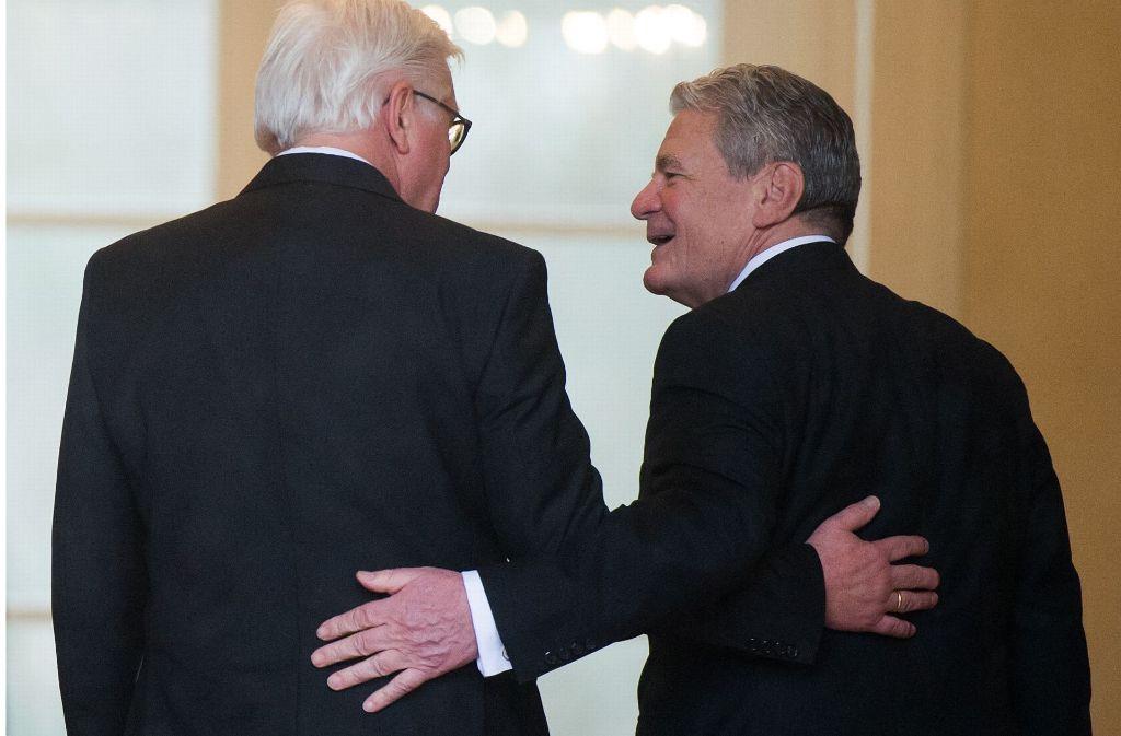 Der ehemalige Bundespräsident Joachim Gauck (rechts) begrüßt den neuen Bundespräsidenten Frank-Walter Steinmeier Foto: dpa
