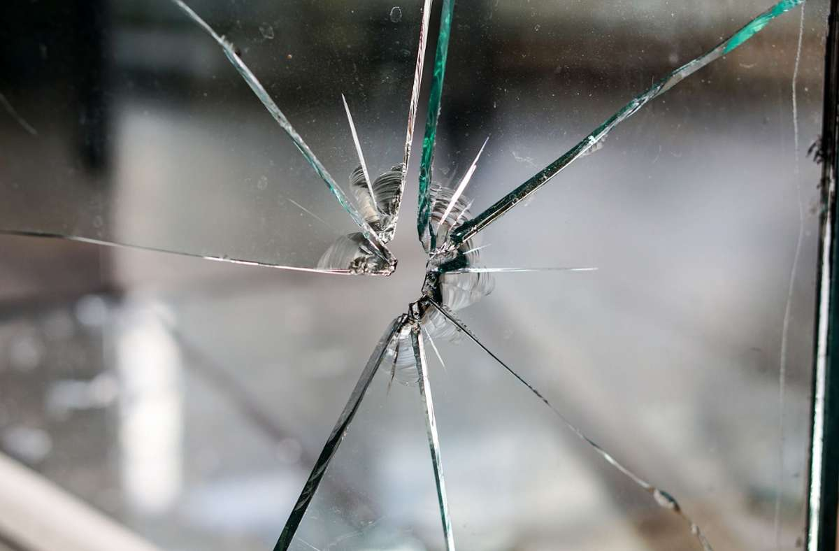 Das äußere Glas der Rathausscheibe zerspringt. Foto: Pixabay