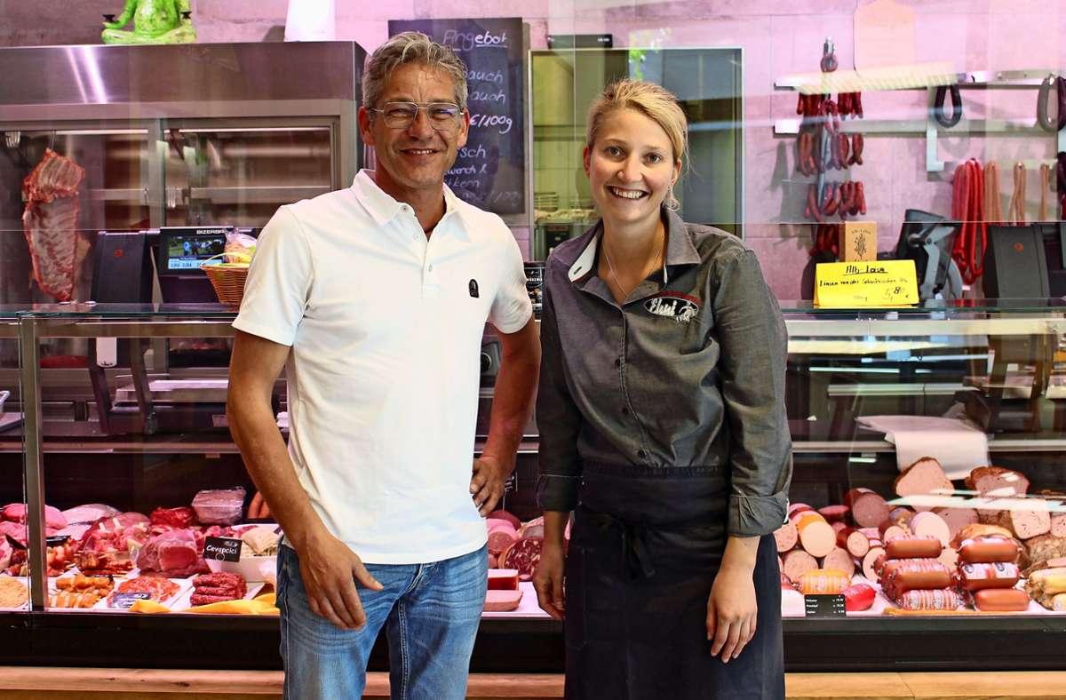 Der Fleischermeister und Firmenchef Jochen Ehni beschäftigt in der Filiale in Waldenbuch seine Nichte Annika Bächtle. Foto: Caroline Holowiecki