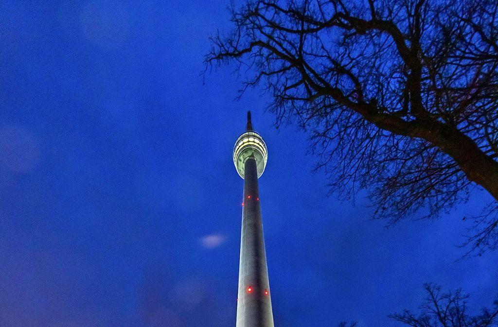 Mit der Spitze misst der Stuttgarter Fernsehturm 217 Meter, der erleuchtete Korb ist 150 Meter   über dem Boden. Foto: Thomas Krämer