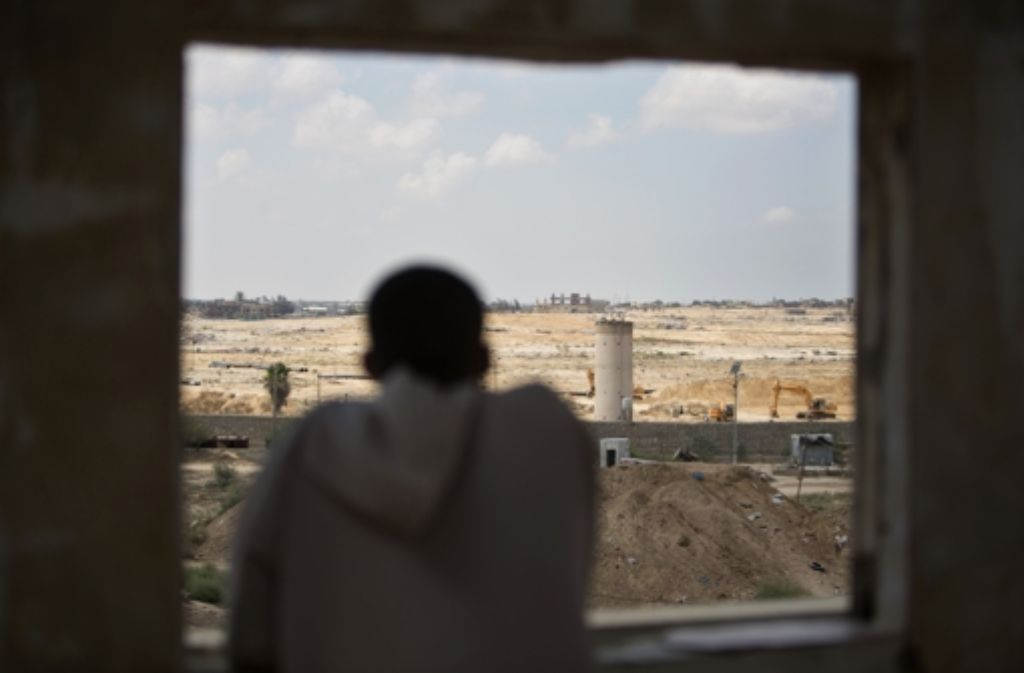 Ein Palästinenser beobachtet an der Grenze zu Ägypten Bauarbeiten. Foto: AP
