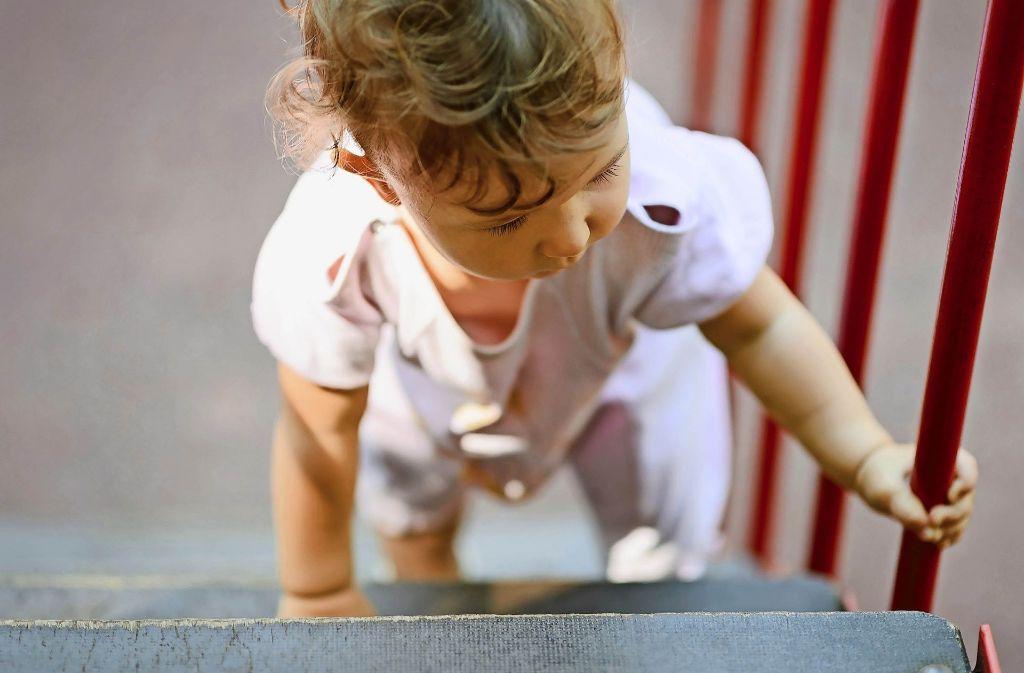 Will das Kind nicht mehr laufen oder keine Treppe mehr steigen, sollten  Eltern aufmerksam werden. Dahinter könnte Rheuma stecken. Foto: Scalinger/Adobe Stock