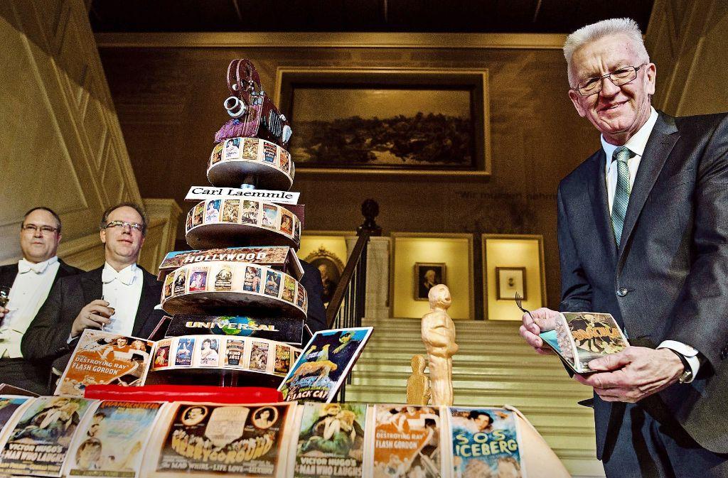 Kretschmann mit Geburtstagstorte  – (noch) nicht für sich, sondern bei einer Hollywood-Ausstellung im Haus der Geschichte Foto: dpa