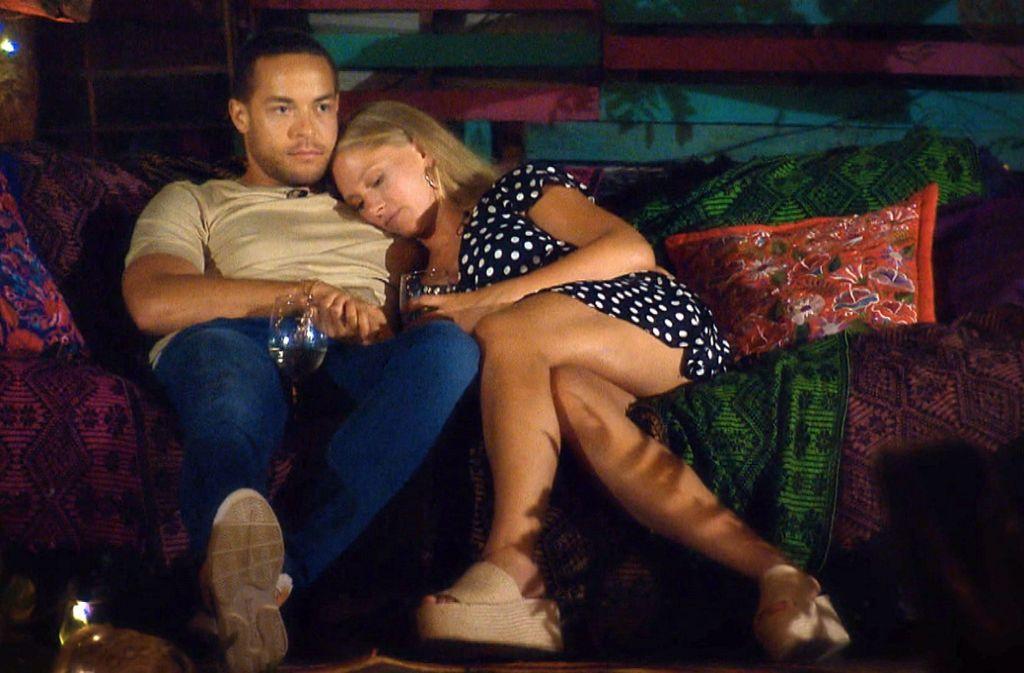 Nach einem romantischen Abendessen kommen sich Vanessa und Andrej auf dem Sofa näher. Foto: TVNOW