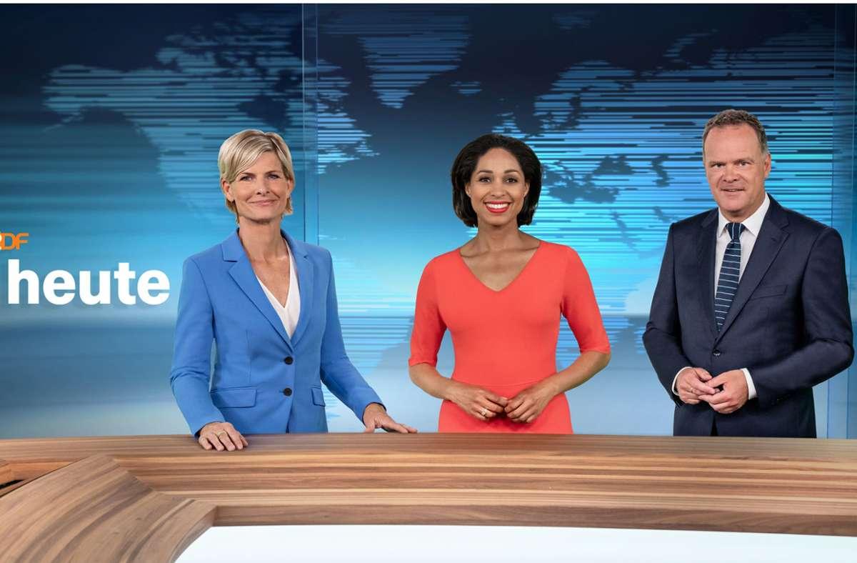 """Barbara Hahlweg, Jana Pareigis und Christian Sievers, die im Wechsel die """"heute""""-Sendung um 19.00 Uhr präsentieren, stehen im runderneuerten ZDF-Nachrichtenstudio. Foto: dpa/Jana Kay"""