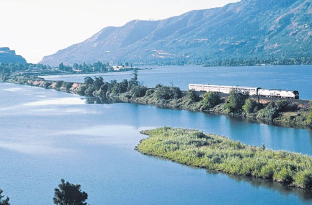 Eine Fahrt durch die USA mit der Bahngesellschaft Amtrak kann die reinste Augenweide sein - hier geht es über den Columbia River in Oregon. Foto: Amtrak