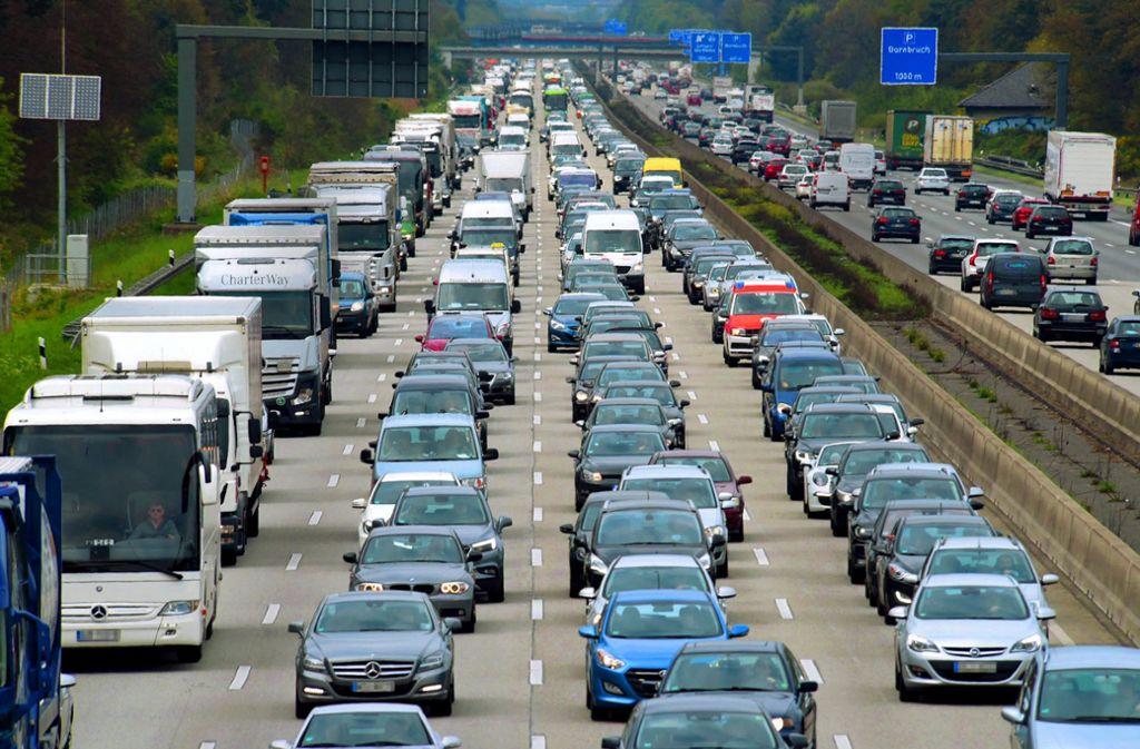 Autoland Deutschland: Der Verkehrssektor muss seinen Treibhausgas-Ausstoß massiv senken. Im Gespräch ist auch eine Erhöhung der Kraftstoffpreise. Foto: dpa