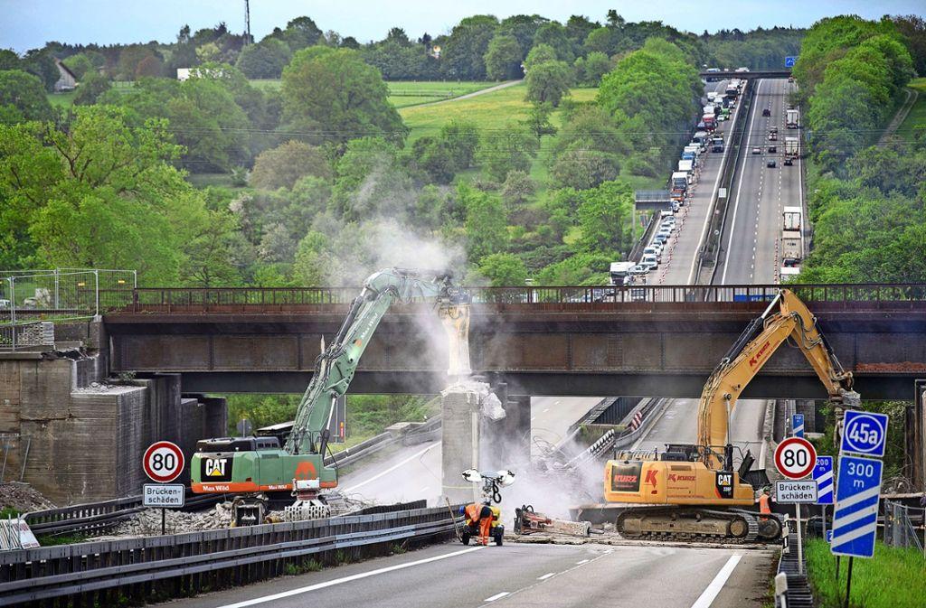 Im April 2018 reißen Bauarbeiter die alte Bahnbrücke über der A 8 bei Pforzheim-Ost ab. Foto: dpa/Sebastian Gollnow