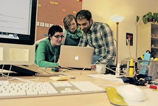 Die Therapeutin Nadine Weißflog (links) bespricht sich mit ihrem Kollegen   Ziad Mousa und der Projektkoordinatorin Sophie Schaarschmidt. Foto: Mostegel