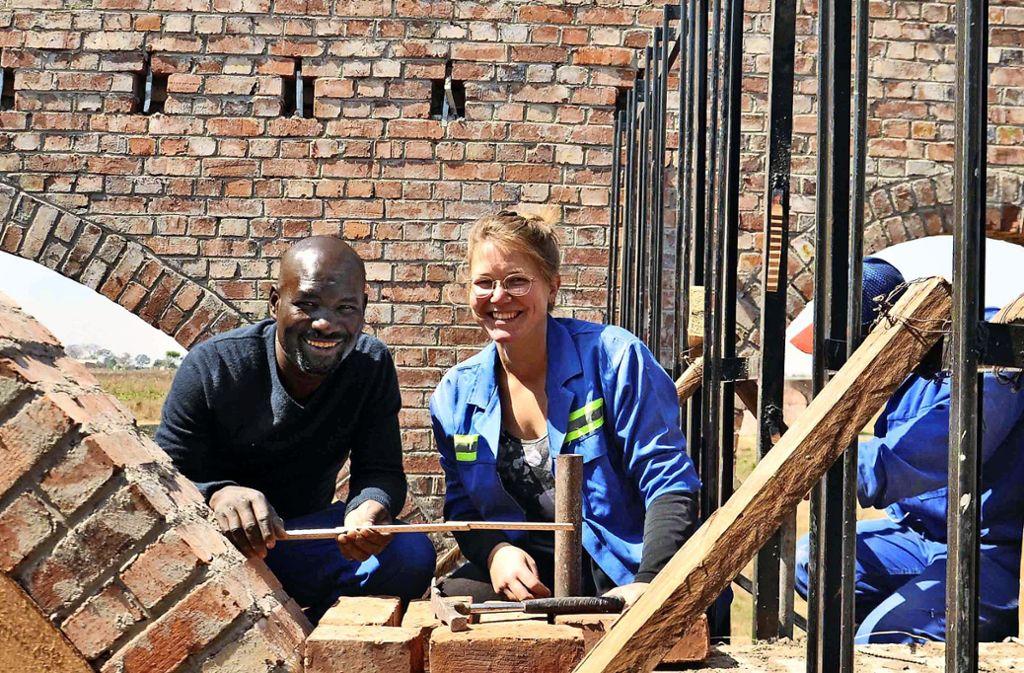 Kristina Egbers mit einem der Arbeiter auf der Baustelle in Hopley Foto: