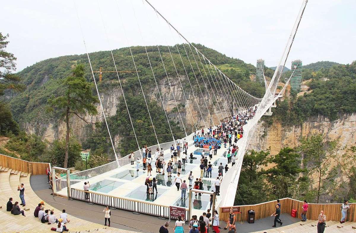 Glasbrücken  wie  in Longjing – oder die Zhangjiajie Glass Bridge  in der Wulingyuan-Landschaft in  Zhangjiajie – sind in Chian sehr beliebt Seoiot 2016 wurden rund solcher Brücken über Schluchten gebaut. Foto: Wikipedia commons/HighestBridges/CC BY-SA 4.0