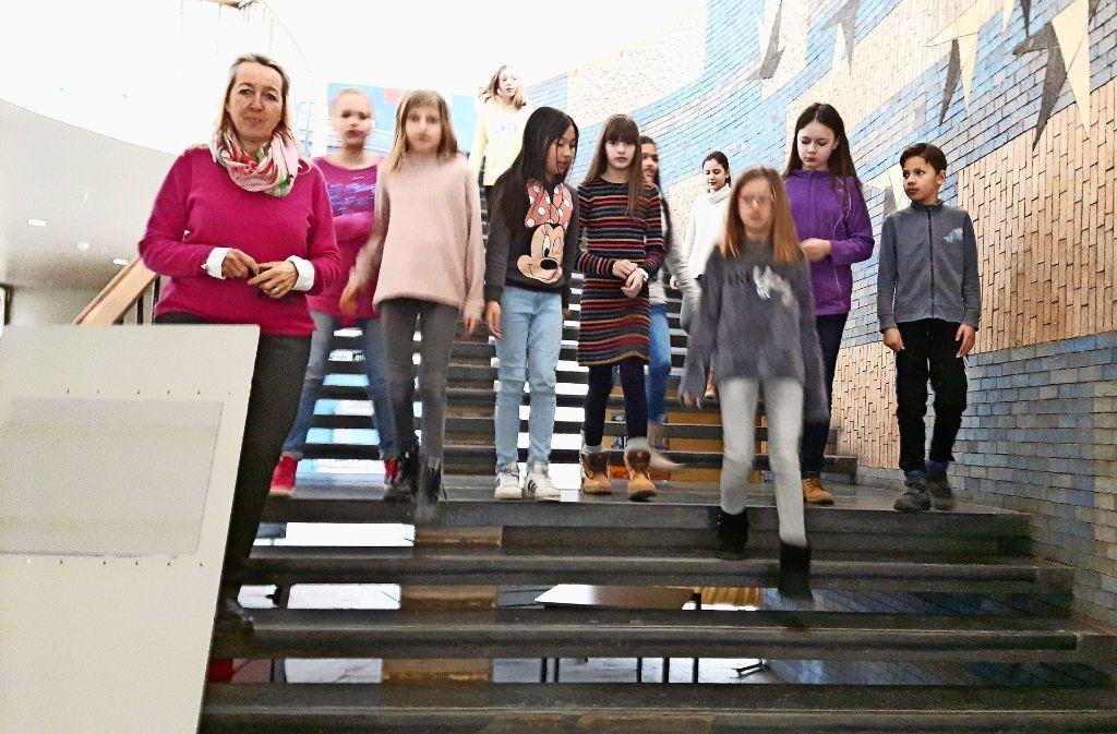 Für die Rektorin Karin Winkler (links)    und die Gymnasiasten des Ebelu heißt es bald: einpacken, damit gebaut werden kann. Foto: Eva Funke