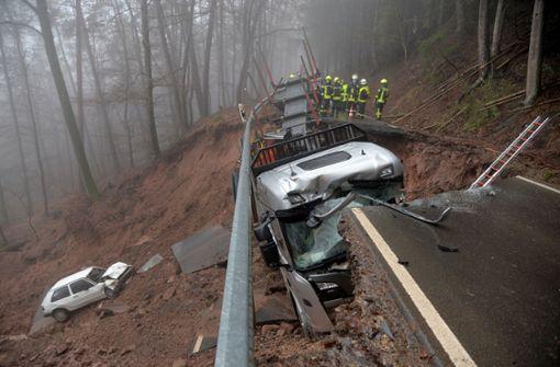Straße mitsamt Auto und Lastwagen eingesackt