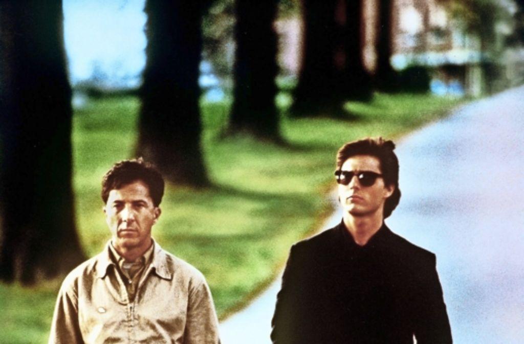 """Der wohl berühmteste Autist der Filmgeschichte: In """"Rain Man"""" gibt Dustin Hoffman (links neben Tom Cruise als seinem Filmbruder Charlie) 1988 als Raymond Babbitt den Symptomen der Entwicklungsstörung ein eindrückliches Gesicht. Foto: dpa"""