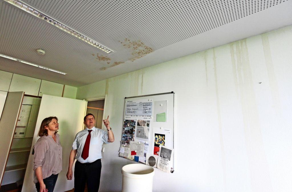 Der Morgen danach: Bürgermeister Georg Brenner begutachtet den Wasserschaden an der Decke und an den Wänden im  Jugendamt. Foto: factum/Archiv