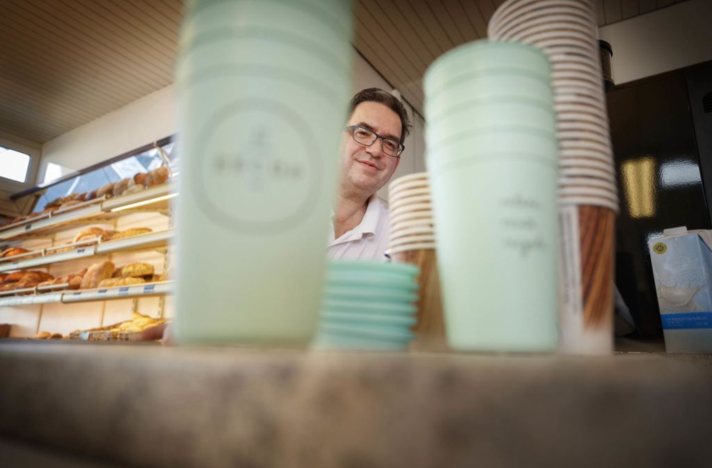 Uwe Füssenhäuser, im Landkreis ein Recup-Mann der ersten Stunde, wünscht sich, dass auch mehr Kollegen beim Mehrwegsystem  mitmachen. Foto: Gottfried Stoppel