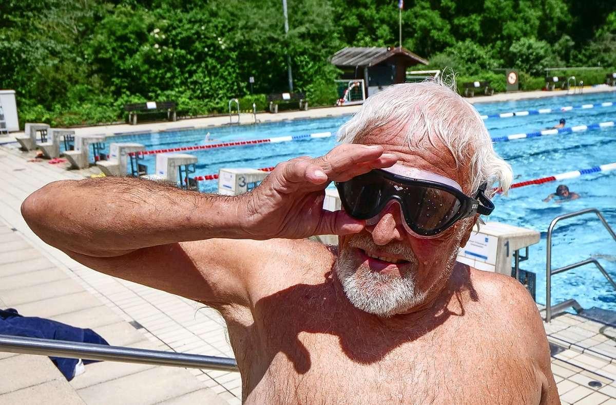 Hanns Bross ist schon vor der Pandemie jeden Tag zum Schwimmen ins Freibad Hoheneck gekommen. Seit der Öffnung Ende Mai hat er nur zwei Tage ausgesetzt. Foto: Simon Granville