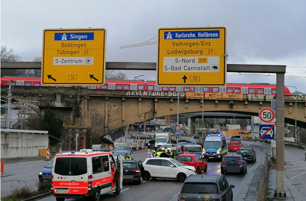 Auf der B10 in Stuttgart-Bad Cannstatt hat es am Freitagvormittag gekracht. Foto: Andreas Rosar/Fotoagentur Stuttgart