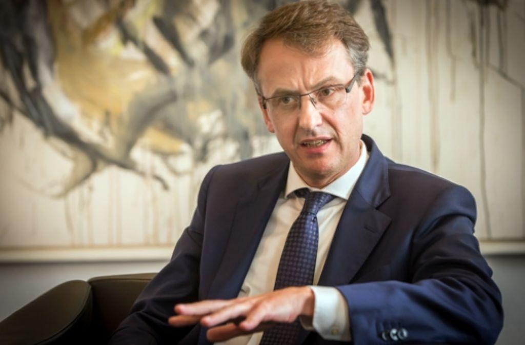Finanzbürgermeister Michael Föll ist umzingelt von zwei  großen Koalitionen, die sich  für eine Senkung der Grundsteuer aussprechen: einerseits CDU und Grüne, andererseits Hausund Grund und der Mieterverein. Foto: Lichtgut/Achim Zweygarth
